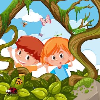 Garçon et fille jouant dans la nature
