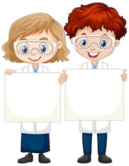 Garçon et fille en robe de science sur fond isolé