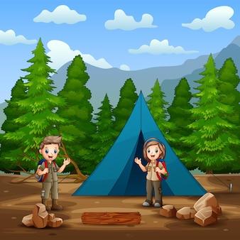 Garçon et fille de scout heureux dans l'illustration de camping