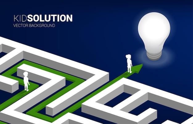 Garçon et fille de silhouette dans le labyrinthe sur la flèche directement à l'ampoule. concept de solution éducative et avenir des enfants.