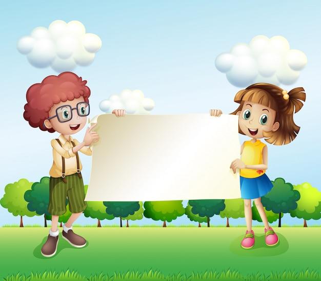 Un garçon et une fille tenant une signalisation vide