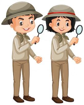Garçon et fille en tenue de safari sur blanc