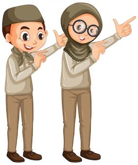 Garçon et fille en uniforme scout sur blanc