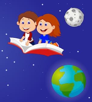Garçon et fille voler sur un livre