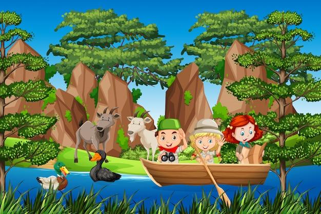 Garçon et gril scout sur le bateau en bois