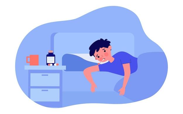 Garçon malade couché dans son lit illustration vectorielle plane. enfant avec thermomètre dans la bouche, sous couverture, à côté de la table de chevet avec boisson chaude et pilules. maladie, grippe, température, covid-19, concept de santé