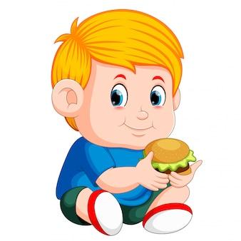 Garçon mange hamburger
