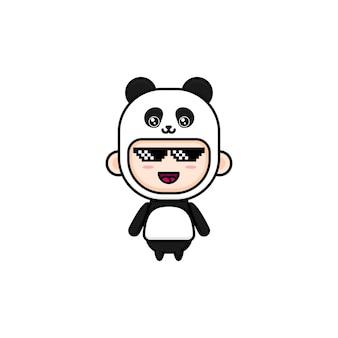 Garçon mignon de bande dessinée portant le costume de panda