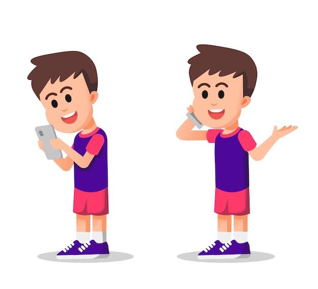Un garçon mignon communique par téléphone