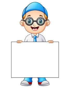 Garçon mignon dans un uniforme d'école tenant une pancarte blanche