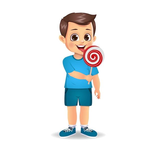 Un garçon mignon mange des bonbons. isolé