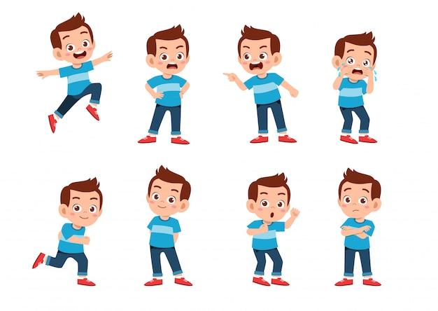 Garçon mignon avec de nombreuses expressions de geste