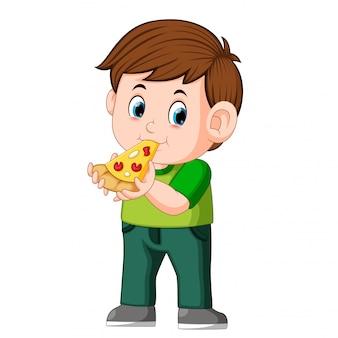 Garçon mignon en train de manger une pizza