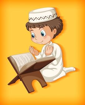 Garçon musulman lisant le coran