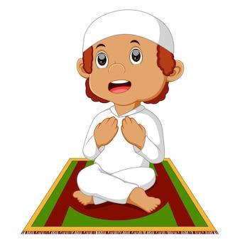 Garçon musulman priant