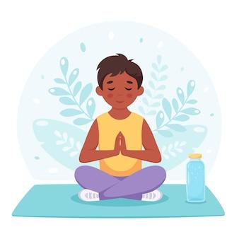 Garçon noir méditant en posture de lotus yoga gymnastique et méditation pour enfants