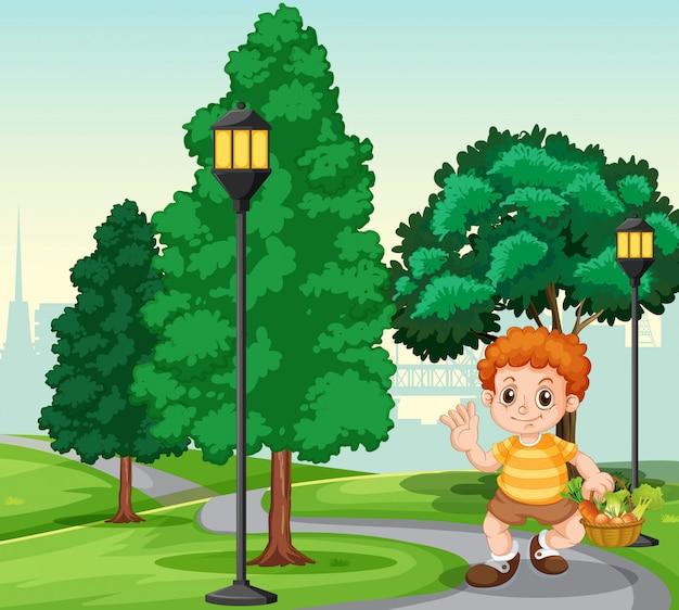 Un garçon avec un panier dans le parc