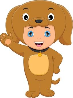 Garçon portant un costume d'ours en agitant