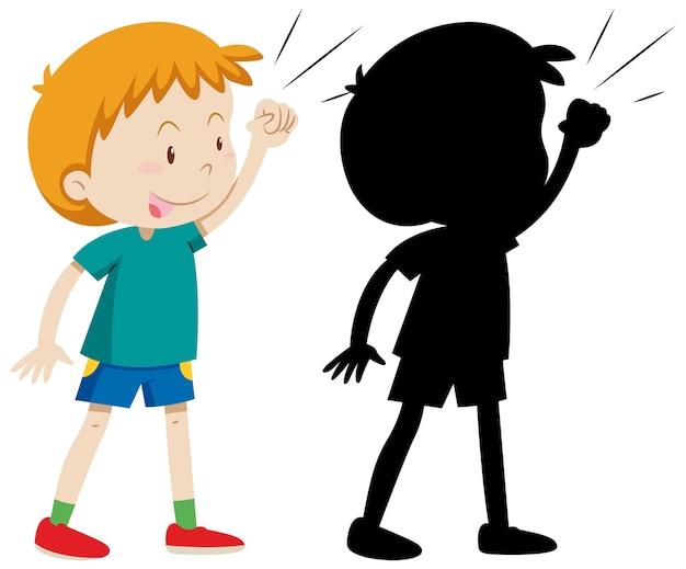 Garçon posant se battre avec sa silhouette