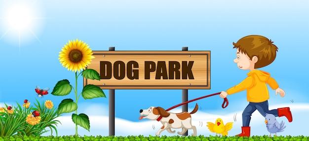 Garçon promener son chien au parc à chiens