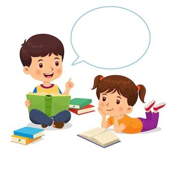 Le garçon racontait l'histoire du livre avec une bulle de dialogue à la fille qui écoutait attentivement.