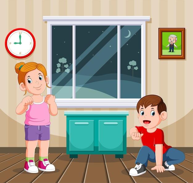 Garçon et sa soeur faisant le sport de nuit à leur domicile
