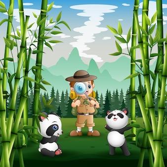 Un garçon de safari avec des pandas dans le parc