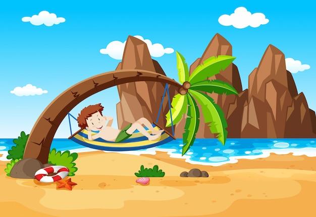 Un garçon se reposant sous le palmier