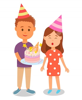 Garçon tenant gâteau pour anniversaire fille féliciter.