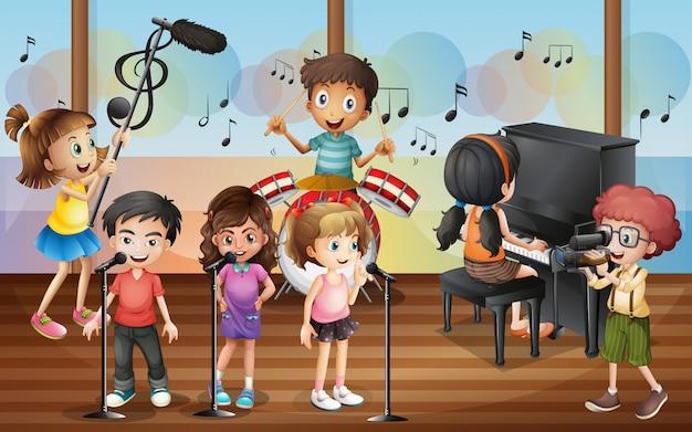 Garçon tirant des amis chantant dans le concert