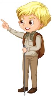 Garçon en uniforme scout avec bâton de randonnée sur blanc
