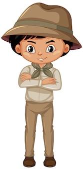 Garçon en uniforme scout debout sur blanc