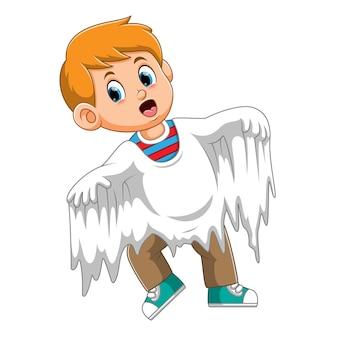 Le garçon utilise le costume de fantôme blanc d'illustration