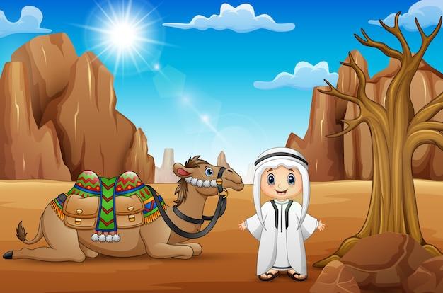 Garçons arabes avec des chameaux dans le désert