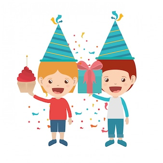 Garçons avec chapeau de fête en fête d'anniversaire