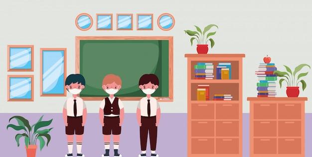 Garçons enfants avec des masques en classe