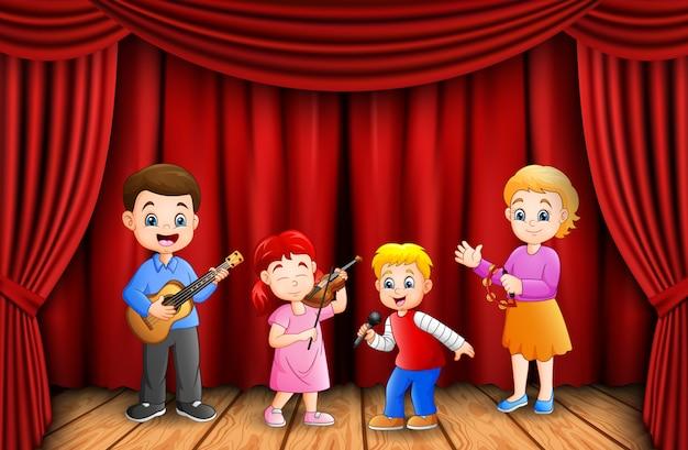 Garçons et fille heureux de jouer ensemble en classe de musique