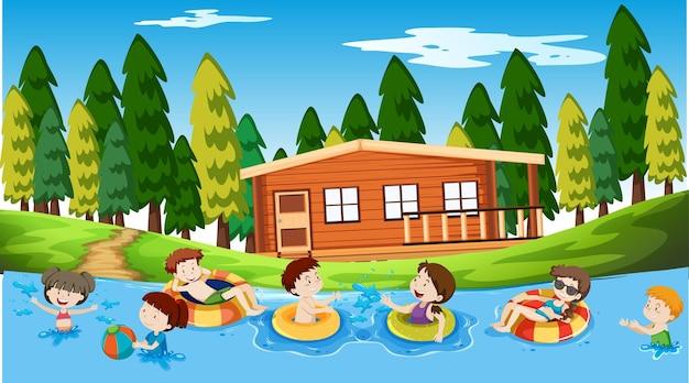 Garçons, filles et amis actifs pratiquant des activités sportives à l'extérieur