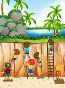Garçons et filles grimpant la falaise