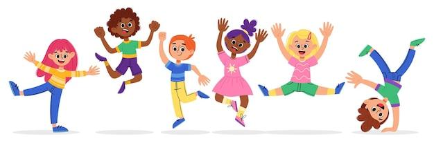 Les garçons et les filles heureux de dessin animé sautent et jouent dans un style plat