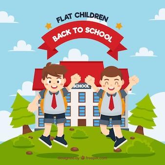 Des garçons heureux dans le saut de l'école