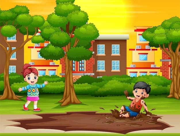 Les garçons invitent les filles à jouer dans une flaque de boue