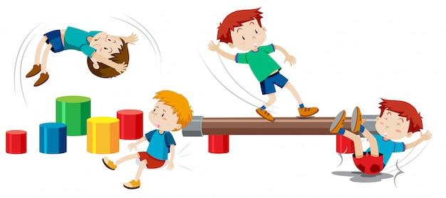 Garçons jouant sur des équipements de jeux