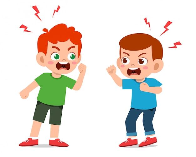 Les garçons mignons se battent et se disputent