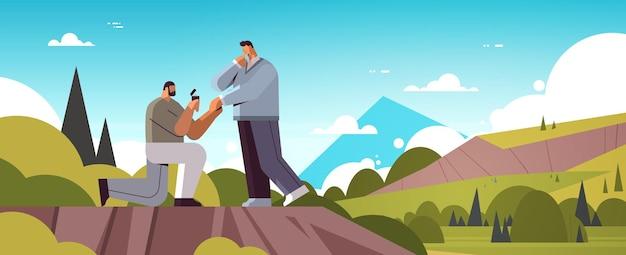Gay proposant à l'homme à genoux avec une bague de fiançailles amour transgenre concept de communauté lgbt