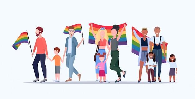 Gays et lesbiennes avec des enfants tenant le drapeau arc-en-ciel lesbienne homosexuel mélange de même sexe race parents groupe amour parade lgbt festival fierté concept plat pleine longueur horizontal