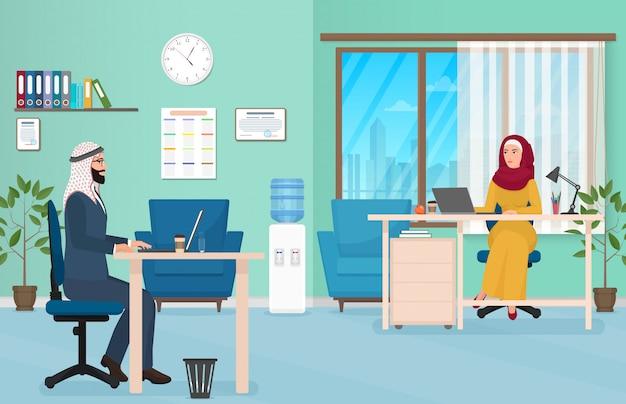 Gens d'affaires arabes au bureau