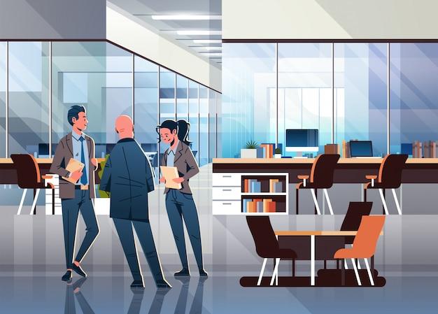 Gens d'affaires communiquant au bureau