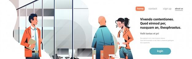 Gens d'affaires communiquant dans la bannière de bureau