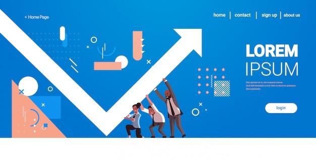 Les gens d'affaires corrigent la direction de la flèche vers le haut, le travail d'équipe, la croissance financière, le développement des affaires, le concept, les employés, l'augmentation du profit, le graphique horizontal, pleine longueur